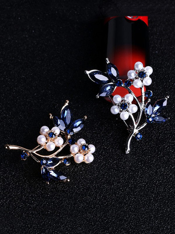 Flower Shaped Alloy With Rhinestone Ladies Brooch